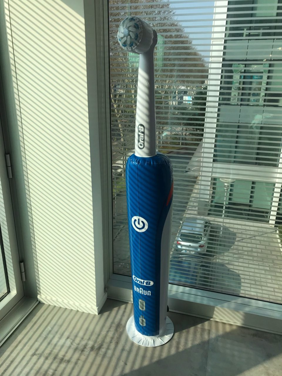 PLV gonflables : brosse à dent Oral B : packaging gonflable Procter & Gamble
